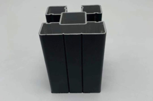 עמוד אלומיניום בצבע שחור